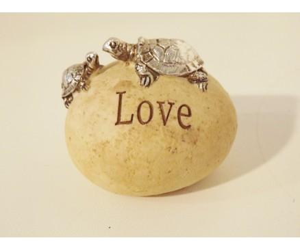 """ST1036002 Stone 2 schildpadden """"love"""". Hoogte : 4 cm. Per 4 stuks verpakt / € 2,50 per stuk."""