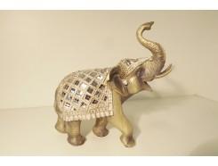 P1035527 Poly. Zilvergouden olifant met dekkleed met spiegeltjes. L X H : 24 x 23 cm.