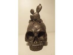 P1035784 Poly. Zwarte schedel met cactussen. H x B : 19 x 11 cm.