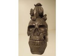 P1035785 Poly. Zwarte schedel met cactussen. H x B : 25 x 14 cm.