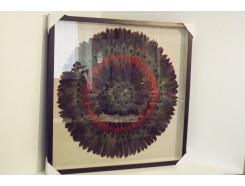 T39464 Wanddecoratie. Pauwenveren in cirkel op linnen achtergrond achter glas. 90 x 90 cm.