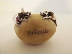 """ST1036004 Stone 2 varkens """"friends"""". Hoogte : 4 cm. Per 4 stuks verpakt. Prijs is per 4 stuks."""