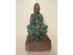 A1039006 Aardewerk antiek look. Zittende Kwan Yin groen. Hoogte : 18 cm. 40 % korting. Per 2 stuks verpakt. Prijs is per 2 stuks.