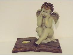 P1035739 Poly. Denkend engeltje op boek met waxinelichtje. L x H : 21 x 21 cm.