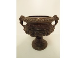 03400042 bronzen urn met leeuwen-handvaten. Hoogte : 25 cm. diameter 22 cm.