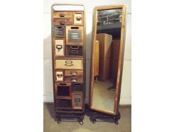 19PJ0301 Meubel. Draaibaar kastje met aan 1 kant 15 houten en metalen multicolor laatjes en aan de andere kant een spiegel. Draaibaar d.m.v. draaiplateau waarbij de pootjes blijven staan. HxBxD 148x39x39 cm.