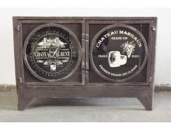 18PJ0255R Meubel. Klein zwart vintage-look metalen meubel met 2 deurtjes met glas met opdruk. 73 x 34 x 49 cm.