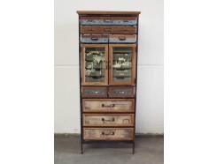 18PJ0195 Meubel. Staande vintage-look houten-metalen kast met 2 deurtjes met glas met opdruk en 10 laatjes. 55 x 36 x 133 cm.