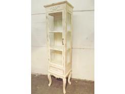 """18PJ4517 Meubel. Wit """"antiek-vintage""""-look kastje op klassieke pootjes met 3 planken/secties en 1 lade. Glazen deurtje en zijkanten. HxBxD 160x40x30 cm."""