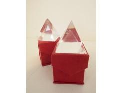 8103030 Kristal presse papier pyramide met gelaserde pyramide. 4x4x4 cm.