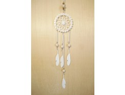 M189412 Metal hanging decoration. White metal dreamcatcher with feathers and wooden marbles. Length : 72 cm. Per 6 stuks verpakt. € 3,95 per stuk.