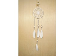 M189411 Metal hanging decoration. White metal dreamcatcher with feathers and wooden marbles. Lengte : 71 cm. Per 6 stuks verpakt. € 3,95 per stuk.