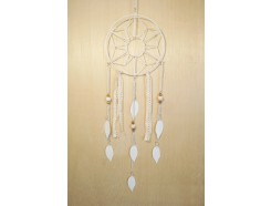 M188011 Metal hanging decoration. Dreamcatcher abstract flower with white metal feathers and 2 lace ribbons. Length : 92 cm. Per 6 stuks verpakt. Prijs is per 6 stuks.