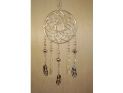 M188466 Metal hanging decoration. Silver metal dreamcatcher with 3-D-like feathers and transprant beads and 2 rope knots. Length : 81 cm. Per 6 stuks verpakt. Prijs is per 6 stuks.