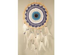 8530098 Dreamcatcher. Blauw wit gehaakte dreamcatcher klassiek model met witte veren en houten kralen. Doosnede 25 cm., lengte 70 cm.