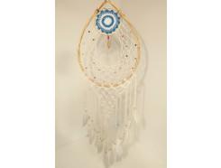 8530099 Dreamcatcher. Blauw witte ovalen gehaakte dreamcatcher met witte veren, gekleurde kralen en houten amulet. Breedte 40 cm., lengte 130 cm.