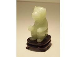 4107030 Edelsteen. Jade aap zittend op houten voetje. Hoogte : 5 cm.