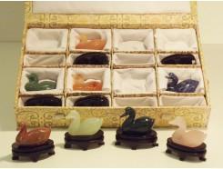 4107506 Edelsteen. Set van 8 edelstenen eendjes lengte 4 cm. op houten voetje in luxe verpakking.