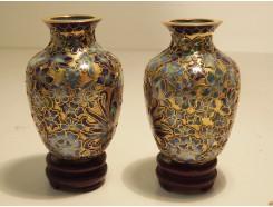 831202 Cloissonnee. Set van 2 cloissonnee vaasjes donkerblauw-bloem op houten voetje. H x B : 7 x 4,5 cm.