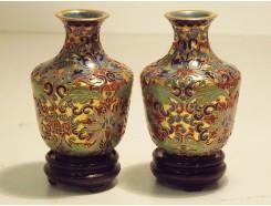 831208 Cloissonnee. Set van 2 cloissonnee vaasjes multicolor-bloem op houten voetje. H x B : 7 x 5 cm.