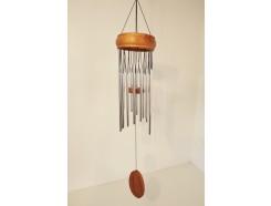 Y40-2662 Gong. Houten ring met 16 zilveren pijpjes en houten klepel. Lengte 75 cm.