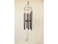 8488131A Gong. Lichtgrijze windgong met 6 gestemde pijpen en abstracte klepel. Lengte 90 cm.