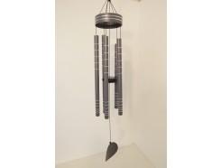 8462062 Gong. Lichtgrijze windgong met zilveren ringen en 5 gestemde pijpen en ronde klepel. Lengte : 100 cm.