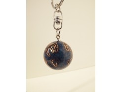 7102044 Sleutelhanger emaille bal met bel. Blauw met chinese tekens diameter 3 cm.