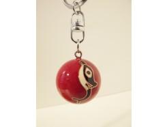 7102045 Sleutelhanger emaille bal met bel. Rood met dolfijn diameter 3 cm.