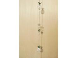 M50395 Metal decoration hanging. 2 3-d metalen gaas ananassen en 2 spiralen met glazen bal. 108 cm. Per 6 stuks verpakt. Prijs is per 6 stuks.