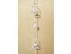 M3050 Metal decoration hanging. 2 witte vogelkooitjes en 4 3-d bloemen. 106 cm. Per 6 stuks verpakt. Prijs is per 6 stuks.
