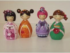 P1034040 Poly. Japanese dolls mini. Hoogte : 10 cm. Set van 4 : 1xpaars/1xoranje/1xgroen/1xroze. Per 2 sets verpakt. € 9,50 per set/4.