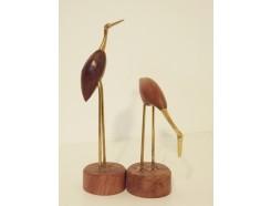 2454001 Hout/koper. Set van 2 kraanvogels op voet. Hoogtes : 29 en 25 cm.