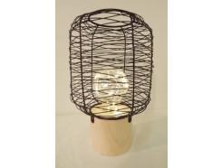 L21632B Led lamp. Led lamp tafelmodel op houten basis (diameter 7 cm.) met cilindrische wirwar van zwart draadstaal (diameter 13 cm.). Totale hoogte 21 cm. Op 3 AAA batterijen (niet meegeleverd).