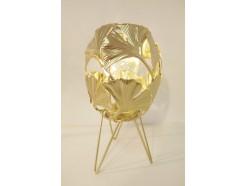 L21121B Led lamp. Goud metalen led lamp op 3 poten met bolvormige bladeren basis. Breedte/diameter 15 cm., hoogte 27,5 cm. Op 3 AAA batterijen (niet meegeleverd).