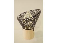 L21653B Led lamp. Tafelmodel led lamp op houten voet (7 cm. diameter) met conisch en schuin aflopend zwart metalen kapje met bloemenmotief. Hoogte 18,5 cm., breedte 15,5 cm. Op 3 AAA batterijen (niet meegeleverd).