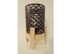 L21728A Led lamp. Led lamp met cilindrisch zwart metalen kap met bloemmotief op ronde houten basis (diameter 13 cm.) met 4 houten pootjes. Hoogte 25 cm. Op 3 AAA batterijen (niet meegeleverd).