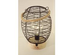 L21738A Led lamp. Bolvormige tafelmodel led lamp van zwart draadstaal op ronde houten basis (diameter 10,5 cm.). Breedte bol 16 cm., hoogte 22 cm. met hengsel van touw. Op 3 AAA batterijen (niet meegeleverd).