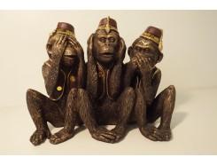 P1035701 Poly. Horen-zien-zwijgen apen met hoedjes. Hoogte x breedte : 14 x 20 cm. Goud-bruin.