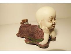 P1035822 Poly. Liggende, denkend paarse baby monk 17 x 10 cm.