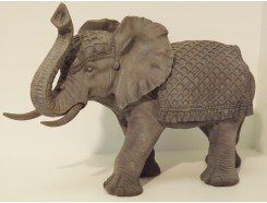 P1035500 Poly. Grijze olifant met dekkleed. L x H : 50 x 33 cm.