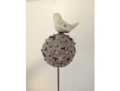 M5871175 Metal stick porcelain bird on flower-ball. Height : 104 cm. Per 4 stuks verpakt. € 5,50 per stuk.
