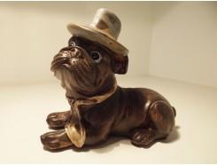 P1035768 Poly. Liggend hondje met hoed en das. LxH : 12 x 9 cm.