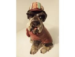 P1035769 Poly. Hond met jas en hippiepet. Hoogte 27 cm.
