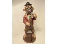 P1035770 Poly. Zingende hond met microfoon. Hoogte 34 cm.