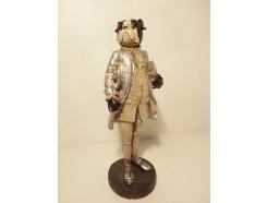 P1035771 Poly. Hond in zilveren maatpak. Hoogte : 24 cm.