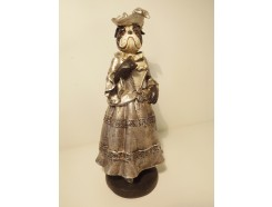 P1035772 Poly. Hond dame met zilveren jurk. Hoogte 25 cm.