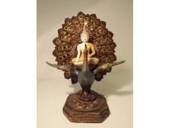P1035356 Poly. Gekleurde Abhayamudra boeddha op pauw met achtergrond. Hoogte 23 cm.