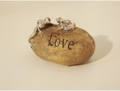 "ST1036001 Stone 2 kikkers ""love"". Hoogte : 3 cm. Per 4 stuks verpakt. Prijs is per 4 stuks."