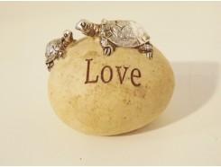 """ST1036002 Stone 2 schildpadden """"love"""". Hoogte : 4 cm. Per 4 stuks verpakt. Prijs is per 4 stuks."""